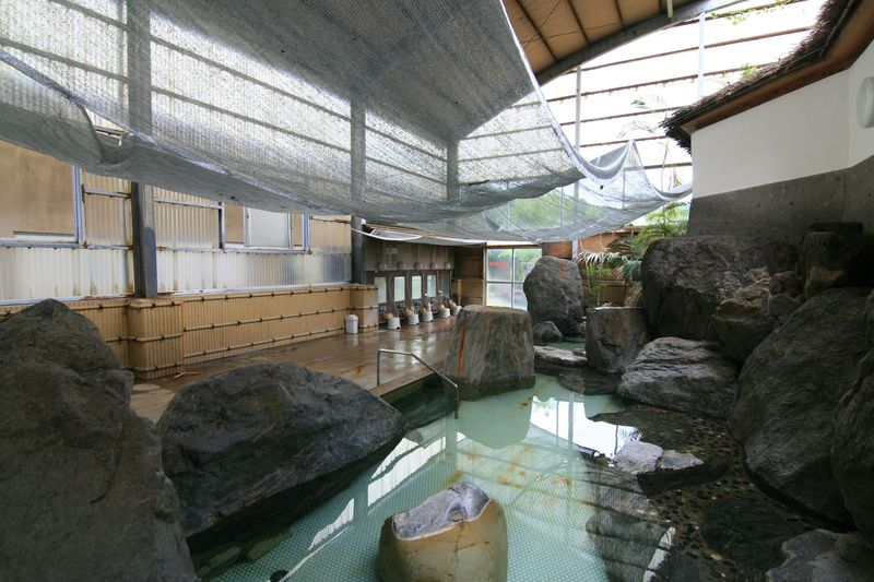 福岡朝倉市「原鶴温泉 やぐるま荘」巨岩と緑の開放的な大浴場!