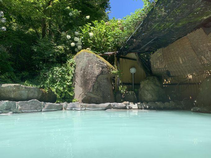 美しい環境の美しい硫黄泉