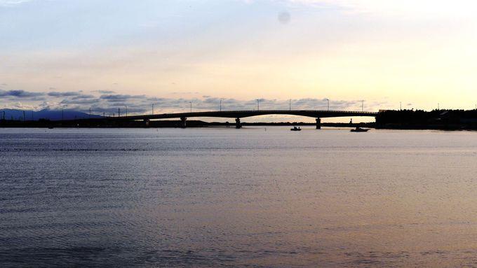 夕陽に染まる「十三湖」