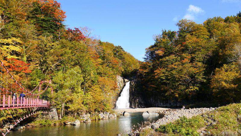 日本の滝100選の名瀑!赤い吊り橋が映える秋田「法体の滝」