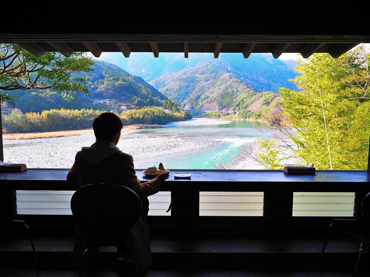 「高知アイス」売店は仁淀ブルーを見下ろす絶景カフェ