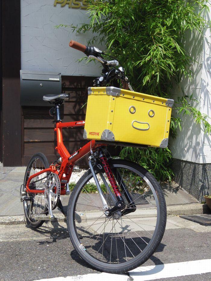 「黄色い笑顔」のカゴがトレードマークのミニベロ