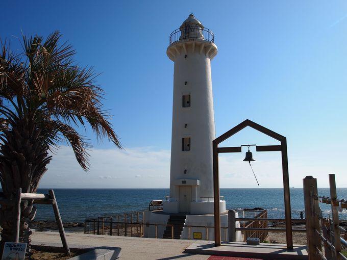 青い海と砂浜、白い灯台で美しい景色にうっとり