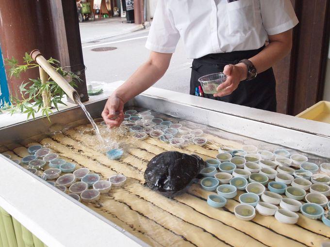 大垣の地下水にさらして売られる、金蝶園の「水まんじゅう」