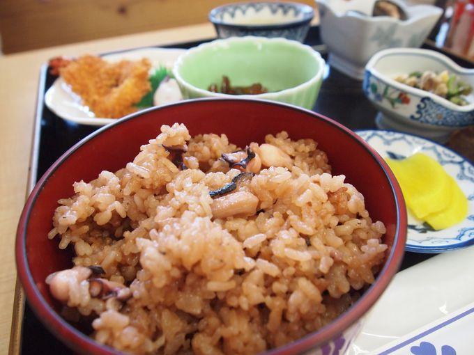 島の食堂「潮波」でいただく「タコ飯定食800円」は、島のお母さんの素朴な味!