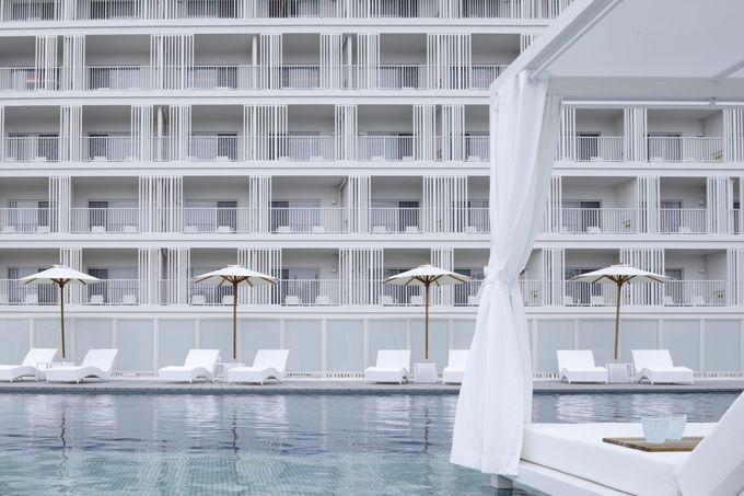 リゾート気分を盛り上げる屋外プール