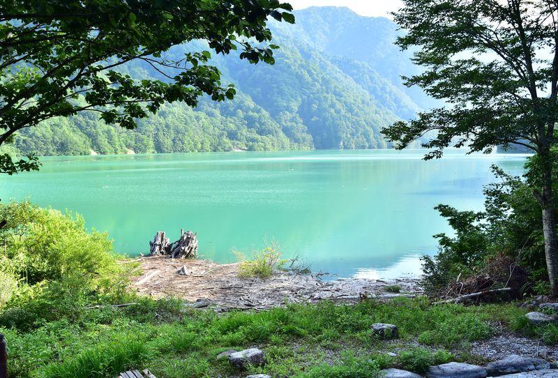 神秘的なエメラルドグリーンの湖に感動!