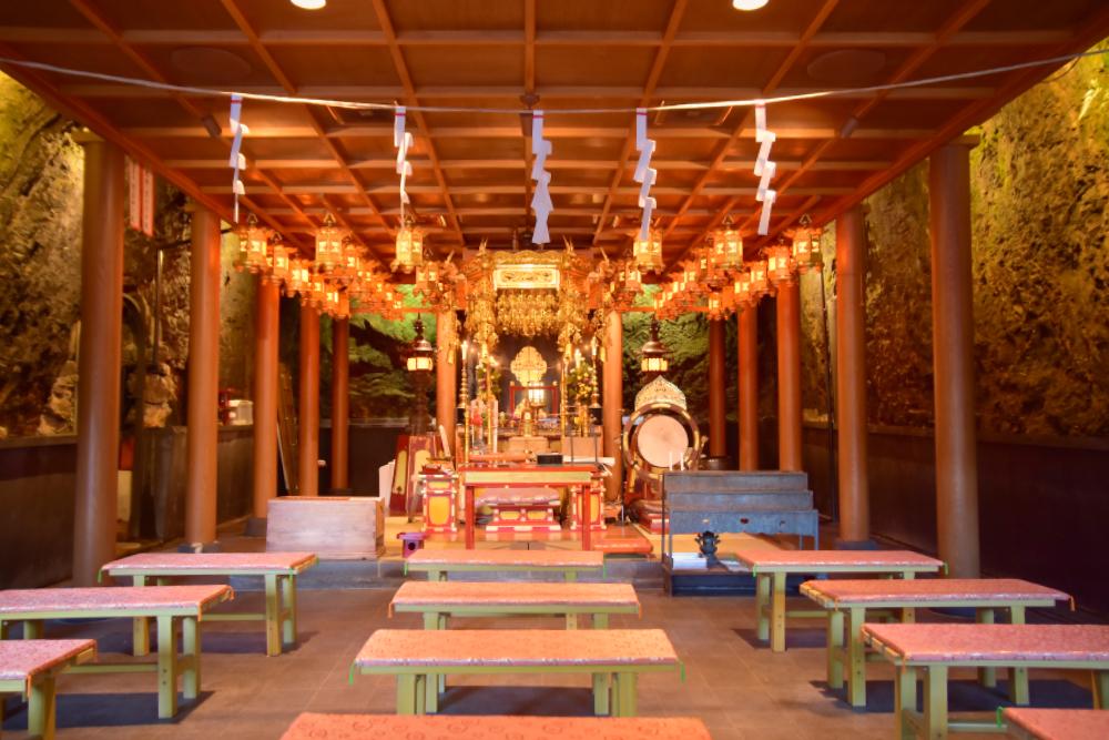 日本最大級の岩窟本堂が有名な「岩戸弘法弘峰寺」