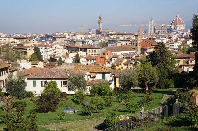 フィレンツェの街を背景に、咲き乱れるクラシックローズと心が和む彫刻に癒される庭園