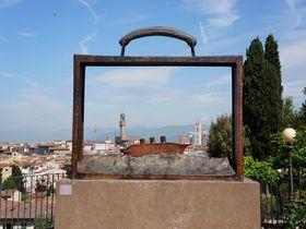 巨大猫と旅行鞄に入ったフィレンツェに出会えるバラの庭園