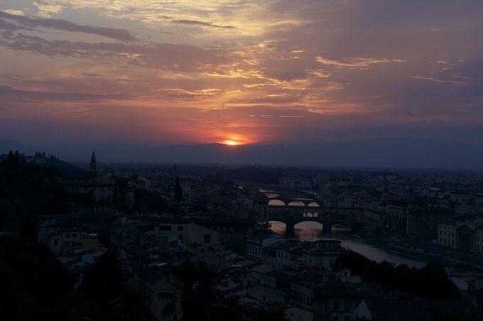 フィレンツェの街とアルノ河をピンク色に染める夕陽のスペクタクル