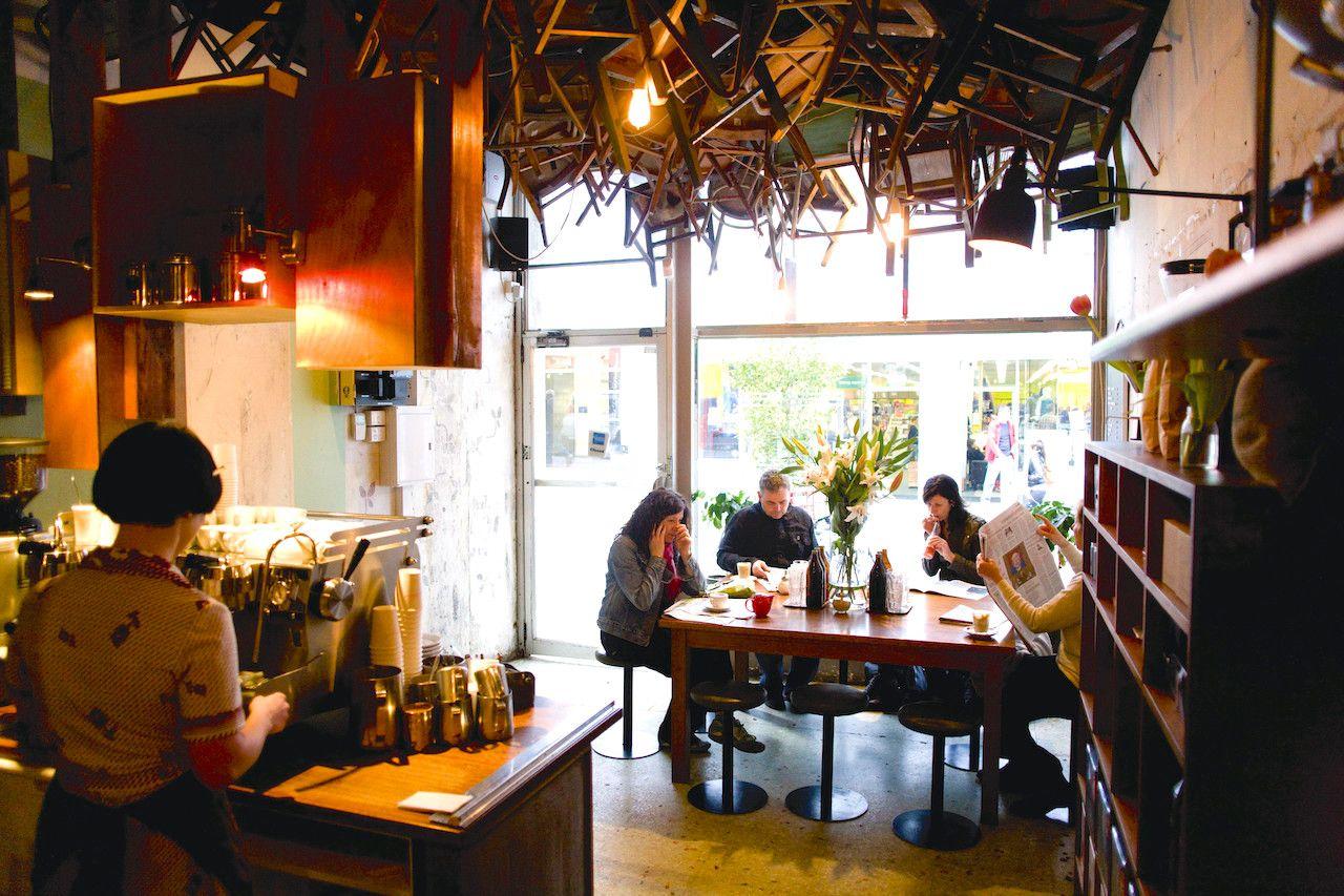 石畳の路地は、カフェとブティックのワンダーランド