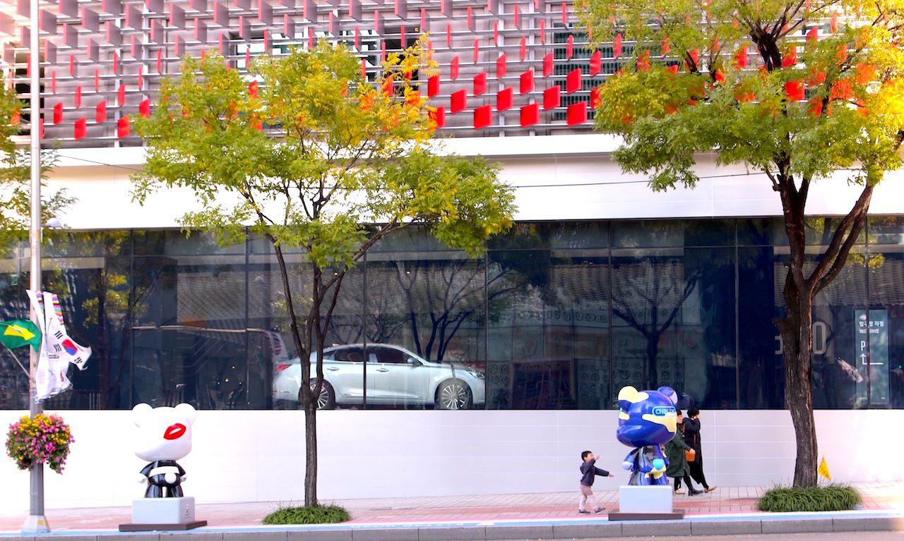 個性的な建物とK-POP由来のオブジェが楽しい「韓流スター通り」