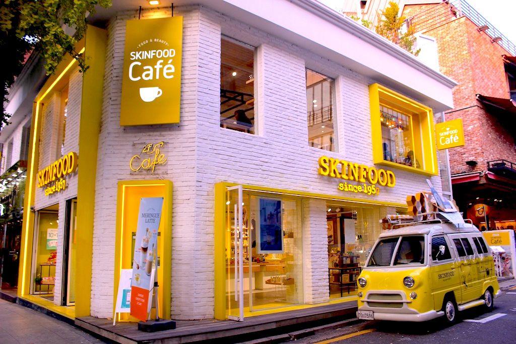 カラフルなショップやカフェが並ぶ「カロスキル」