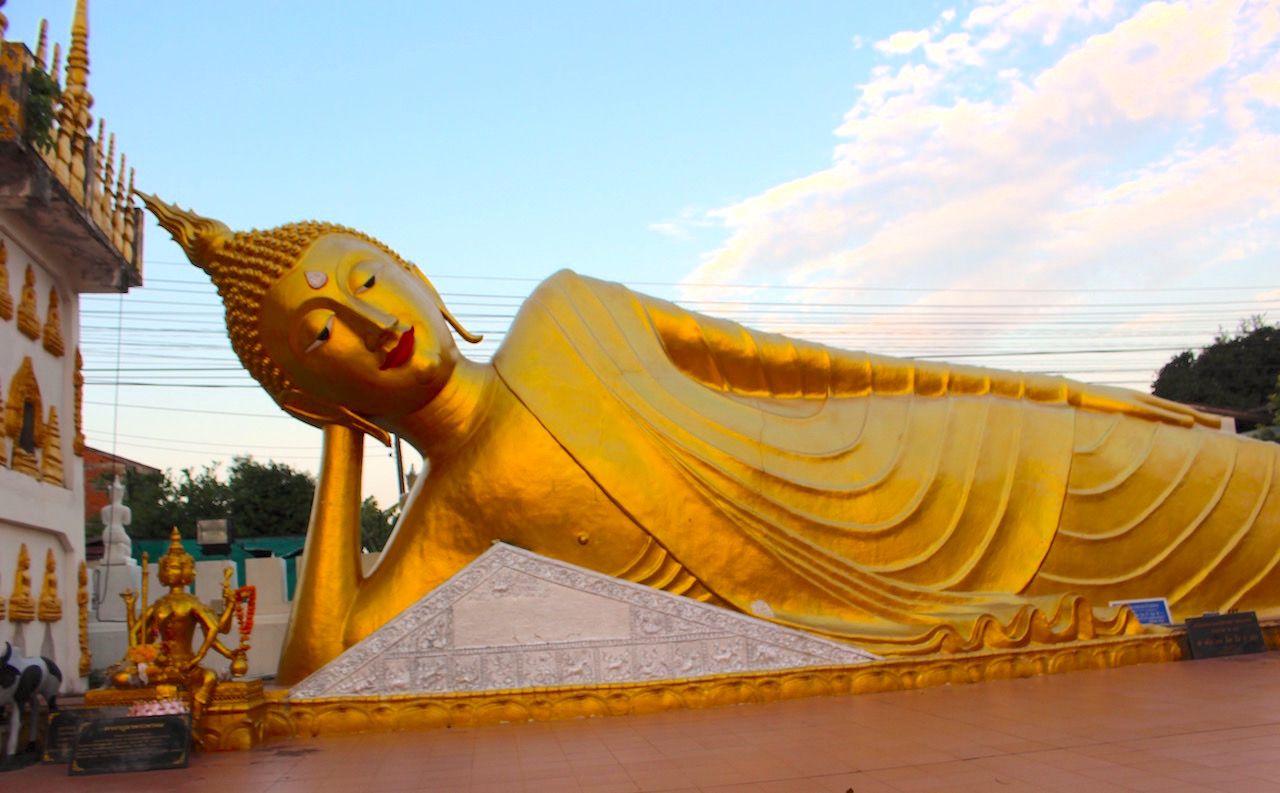プレーでは、涅槃仏とツーショット、山の上の寺院でサンセット!