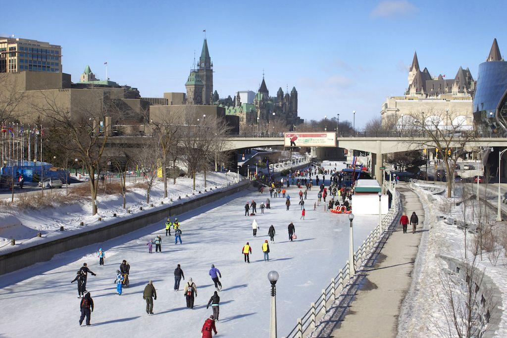 世界遺産の運河でアイススケート