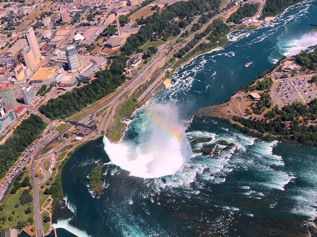 川の中から忽然と現れるナイアガラの滝にビックリ!