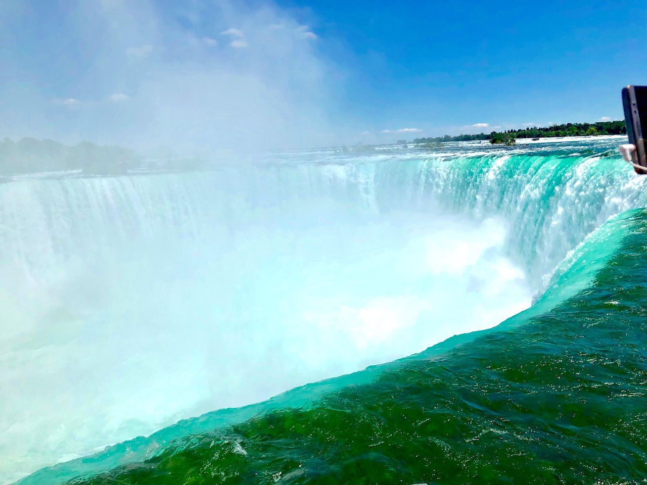 ヘリツアーで上空からパノラミックに滝の全貌を楽しむ!