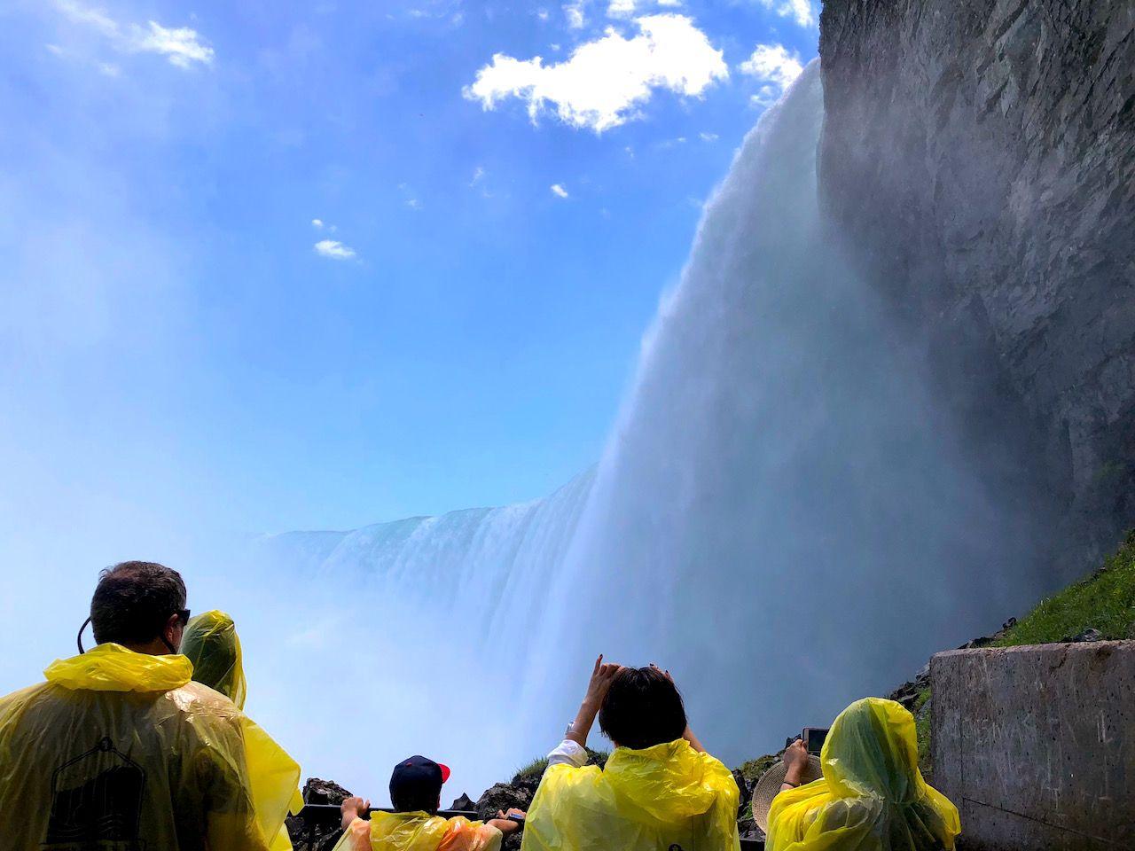 ナイアガラの定番!滝壺クルーズで轟く水の洗礼を受ける
