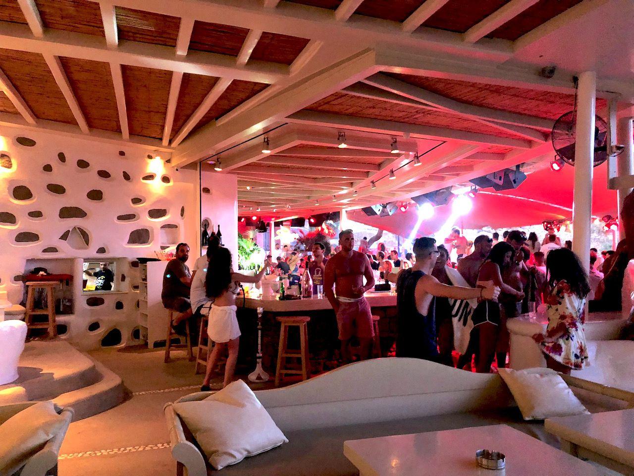 パーティーアイランドのミコノスでは、一人クラブ遊びも違和感なし!