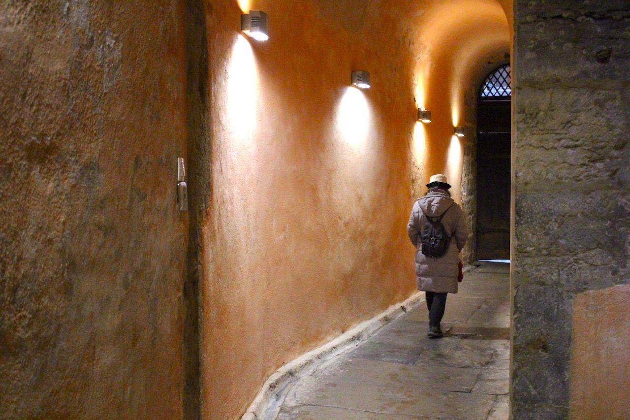旧市街の路地は、建物の中をも貫く石畳の迷宮