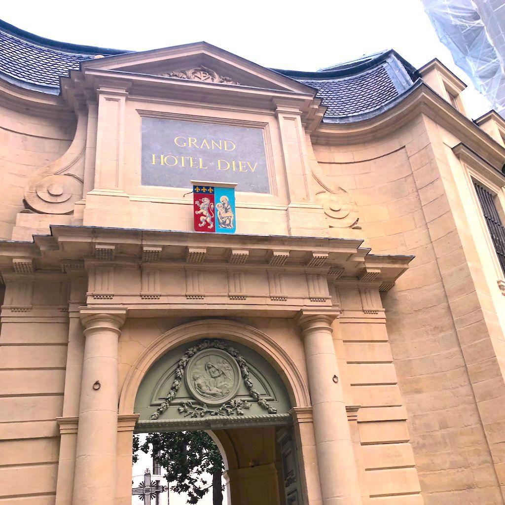 グルメスポットその2「国際美食館」リバーサイドを席巻する大宮殿