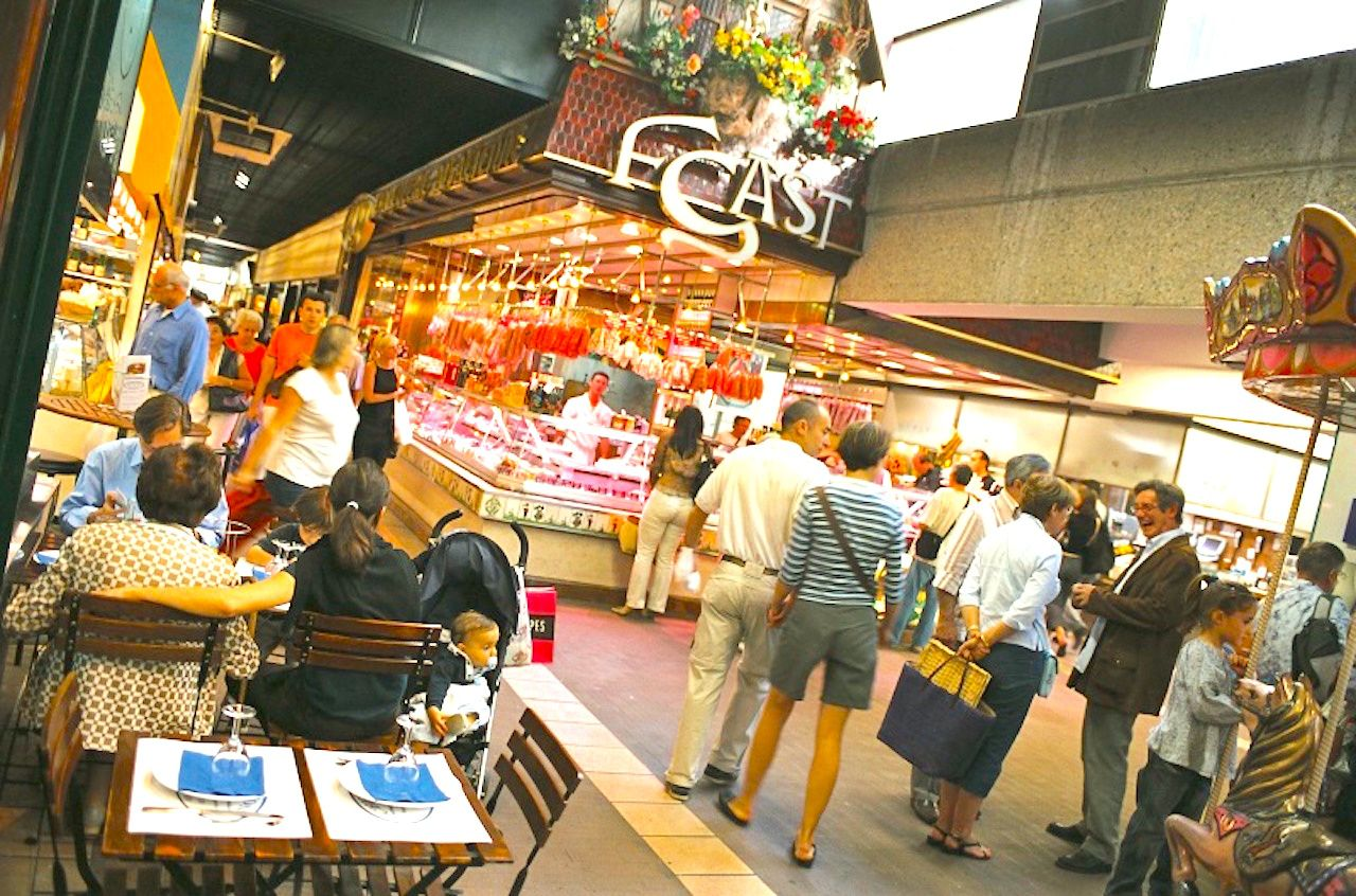 買い物と食べ歩きが楽しいポール・ボキューズ中央市場