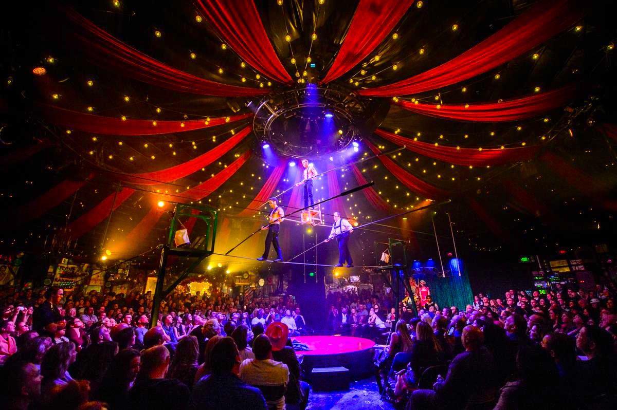官能的なサーカステントが舞台の「アブサン」