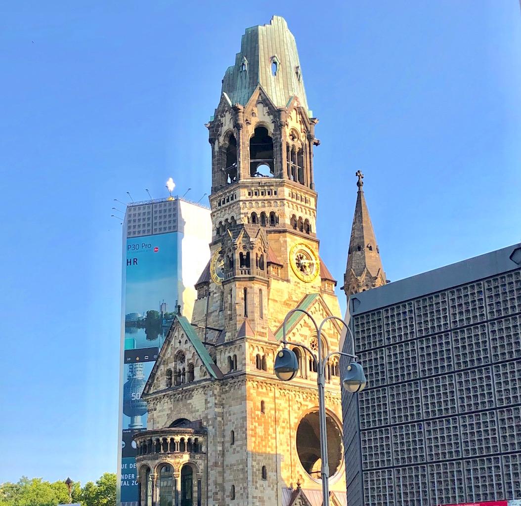 今なお残る戦争の爪痕と斬新な新教会