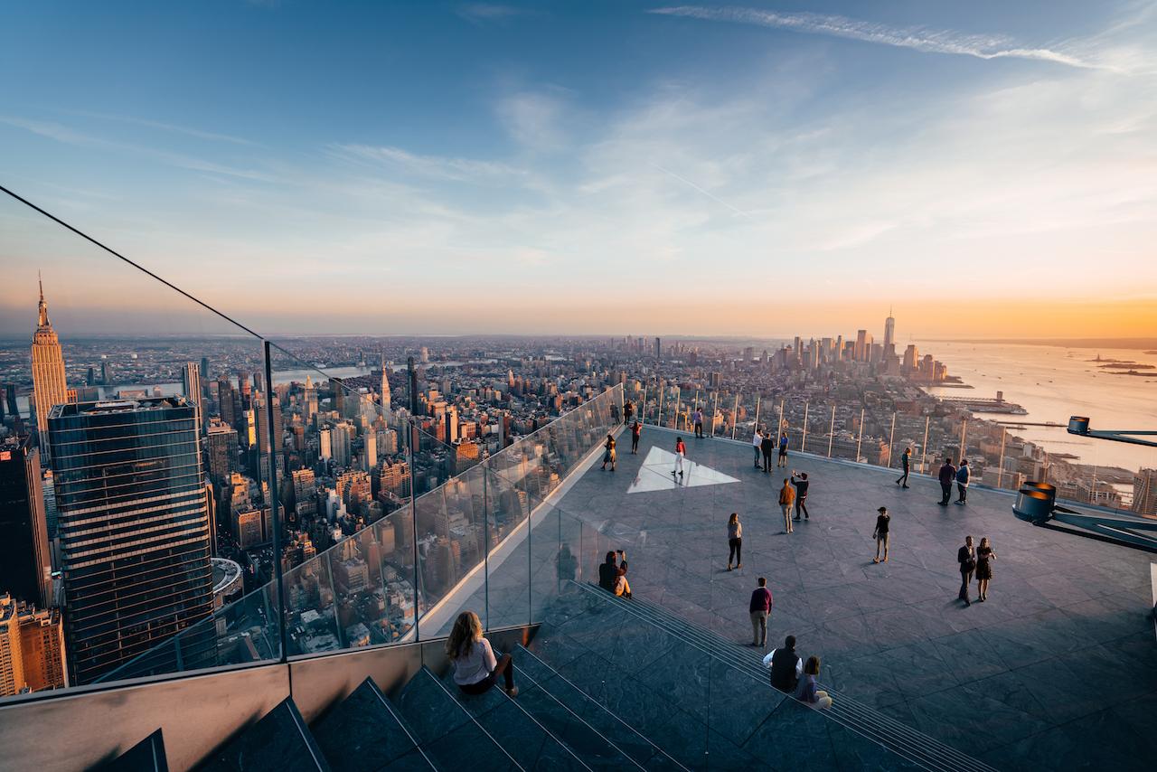 「エッジ」で摩天楼を空中散歩!