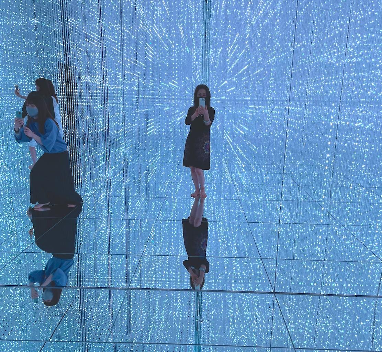 裸足となって没入する巨大アート空間