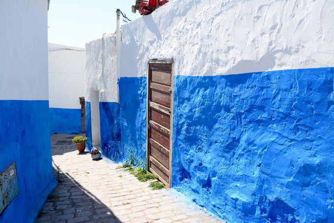 紺碧の海を見下ろす丘の上に築かれた中世の城塞