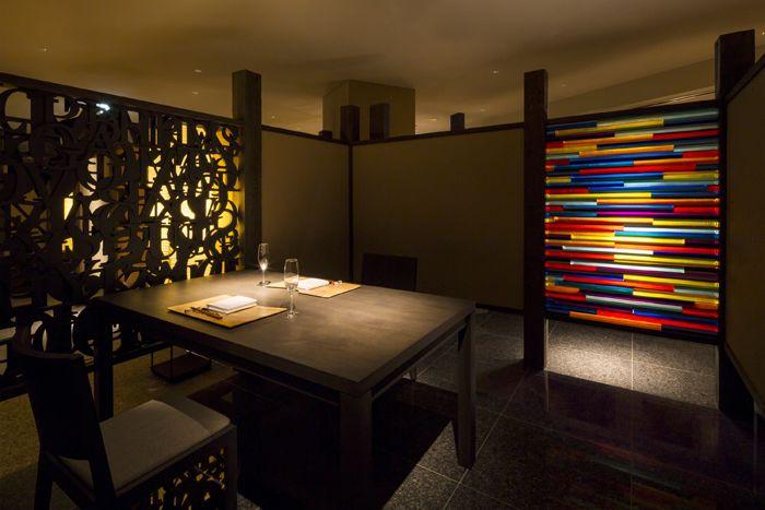 食事処では多彩なパーテーションのアートをチェック