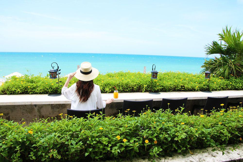 八重山ブルーの大パノラマが広がる「海Cafe」