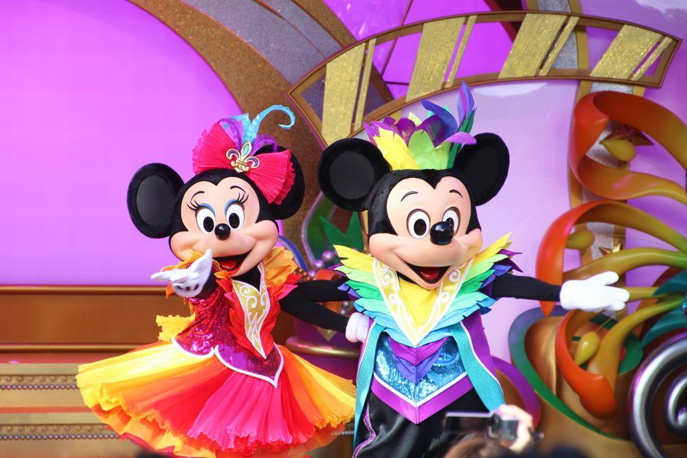 ミッキーマウスたちと一緒に「パーティグラのポーズ」!