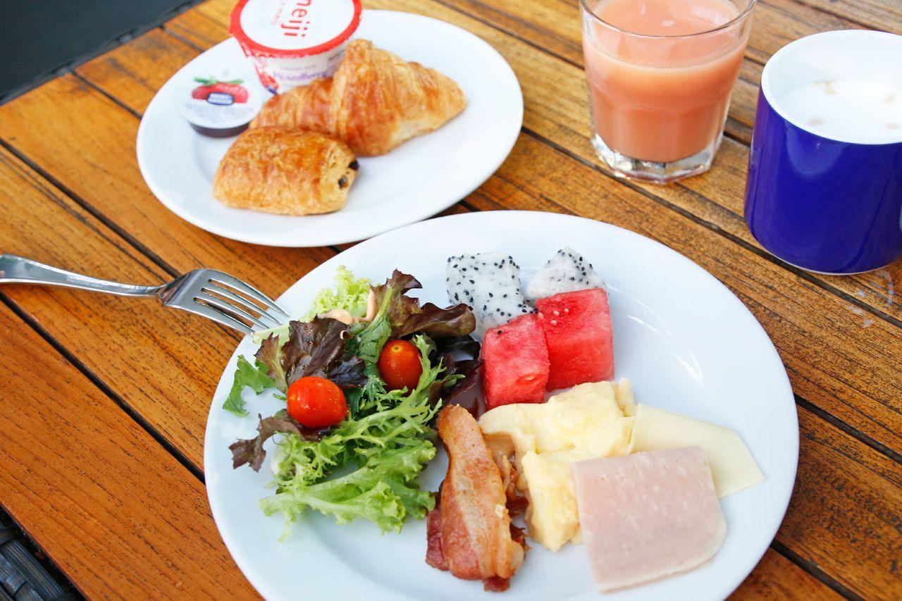 朝食無料!開放的なテラスでビュッフェを楽しもう