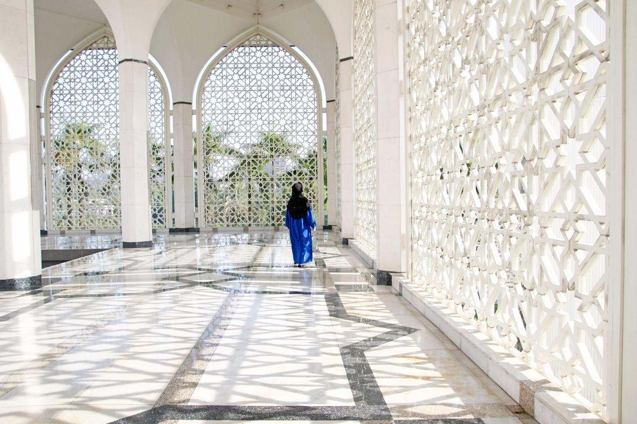 青×白が美しい…!マレーシアの観光名所・ブルーモスクとは