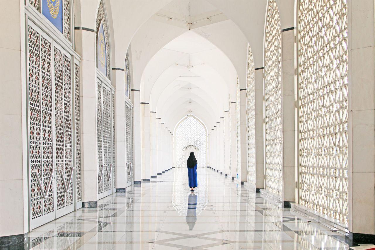 心を奪われる美しさ…光差し込む白い回廊