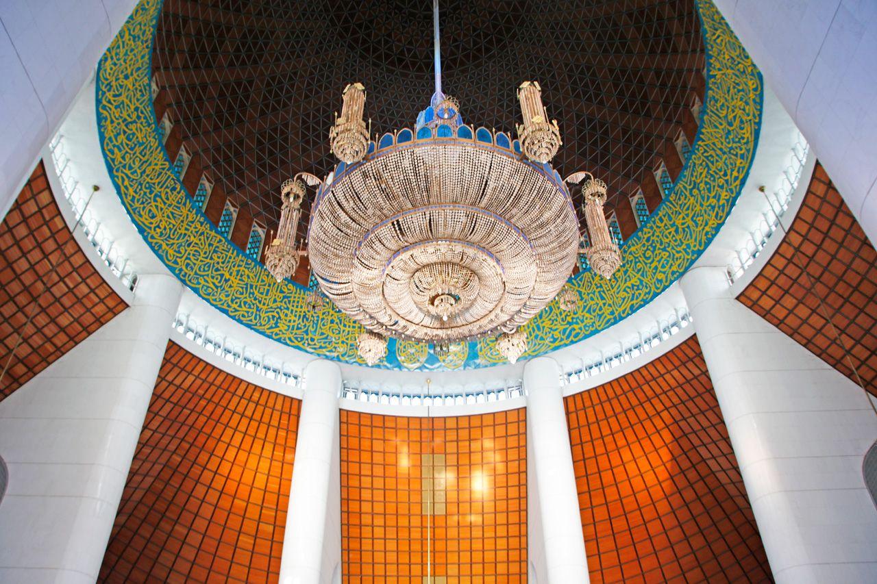 24,000人も収容!カラフルなステンドグラスが綺麗な礼拝堂