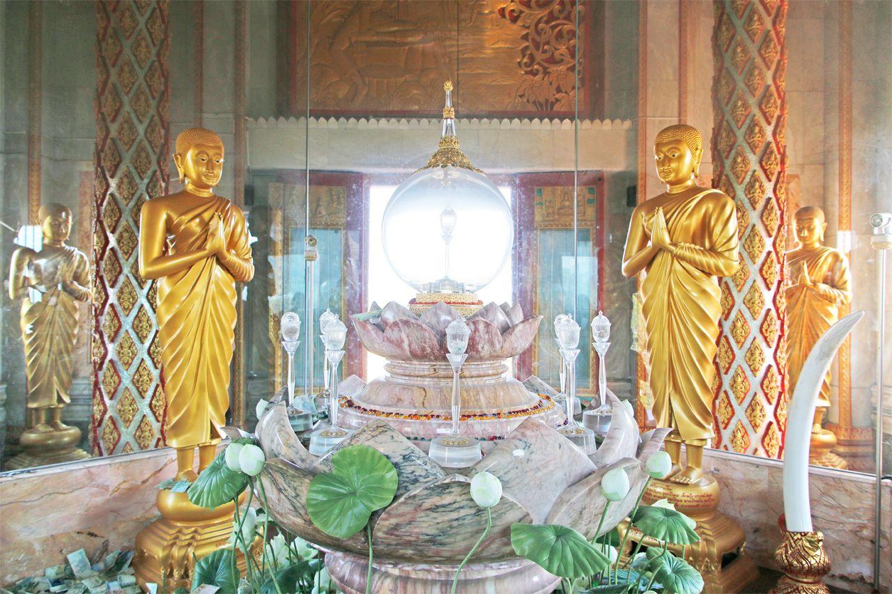 事前にお賽銭の準備を。3階の仏舎利でお祈り