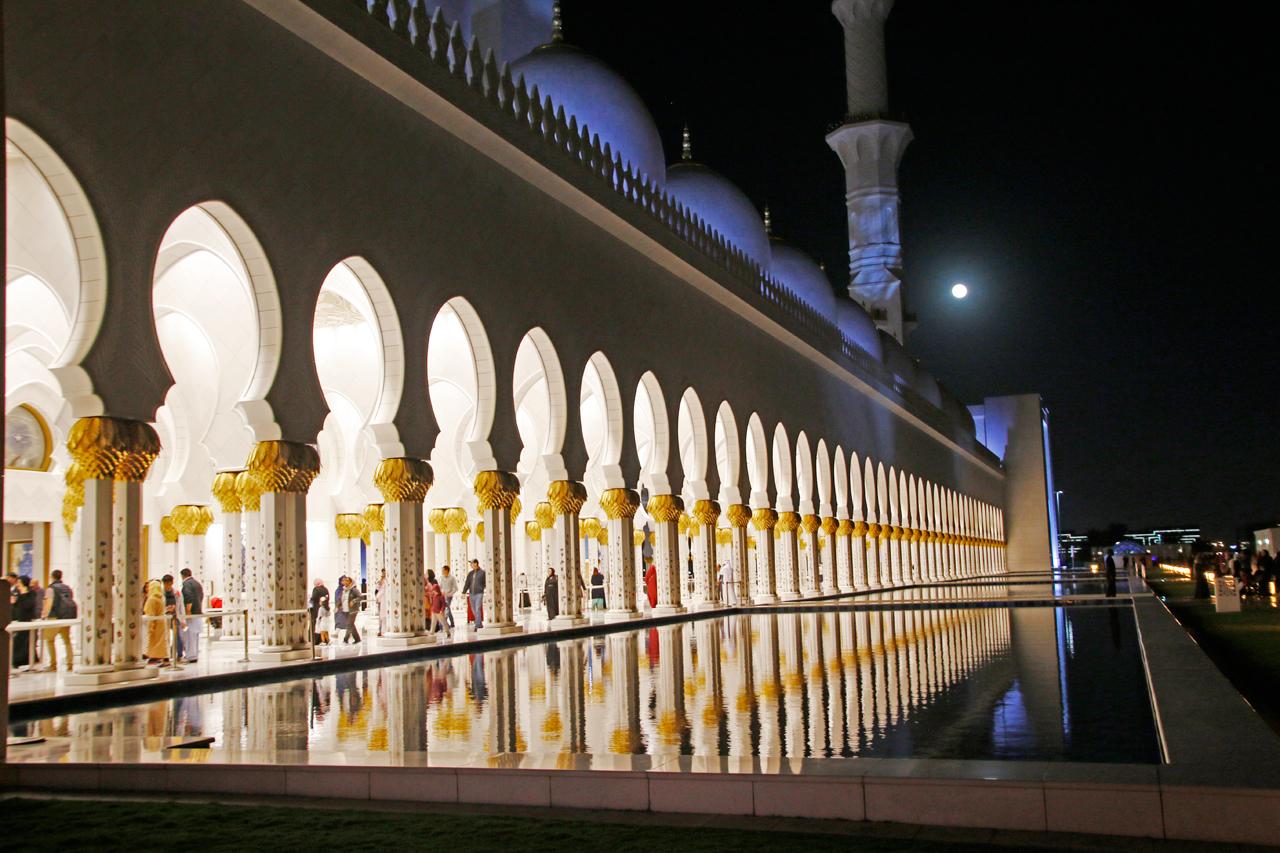 水面に映る白亜のモスク。夜ならではの見どころ