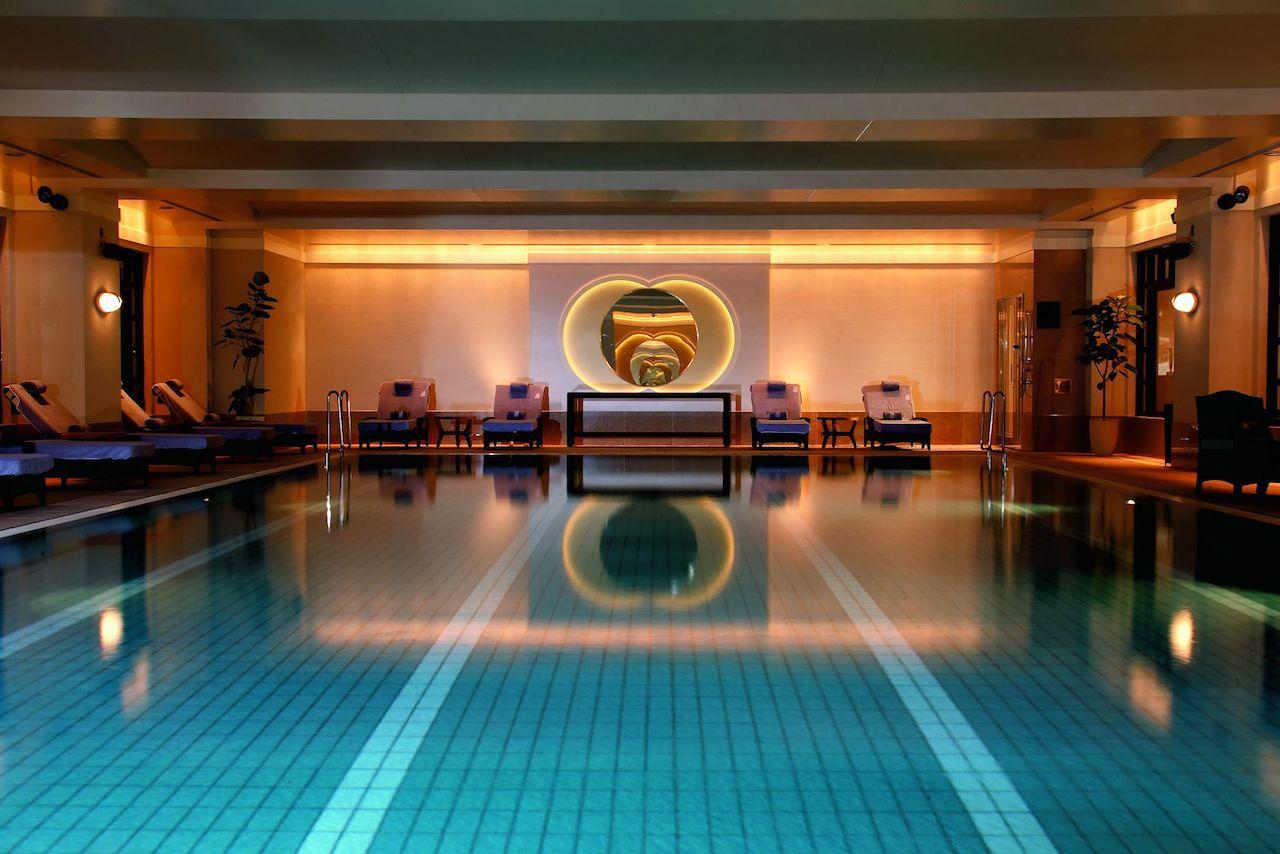 プールやレストランで贅沢なひとときを。ホテルでの過ごし方