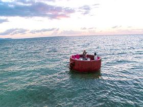 「星野リゾート リゾナーレ小浜島」の海上ラウンジで極上の体験を
