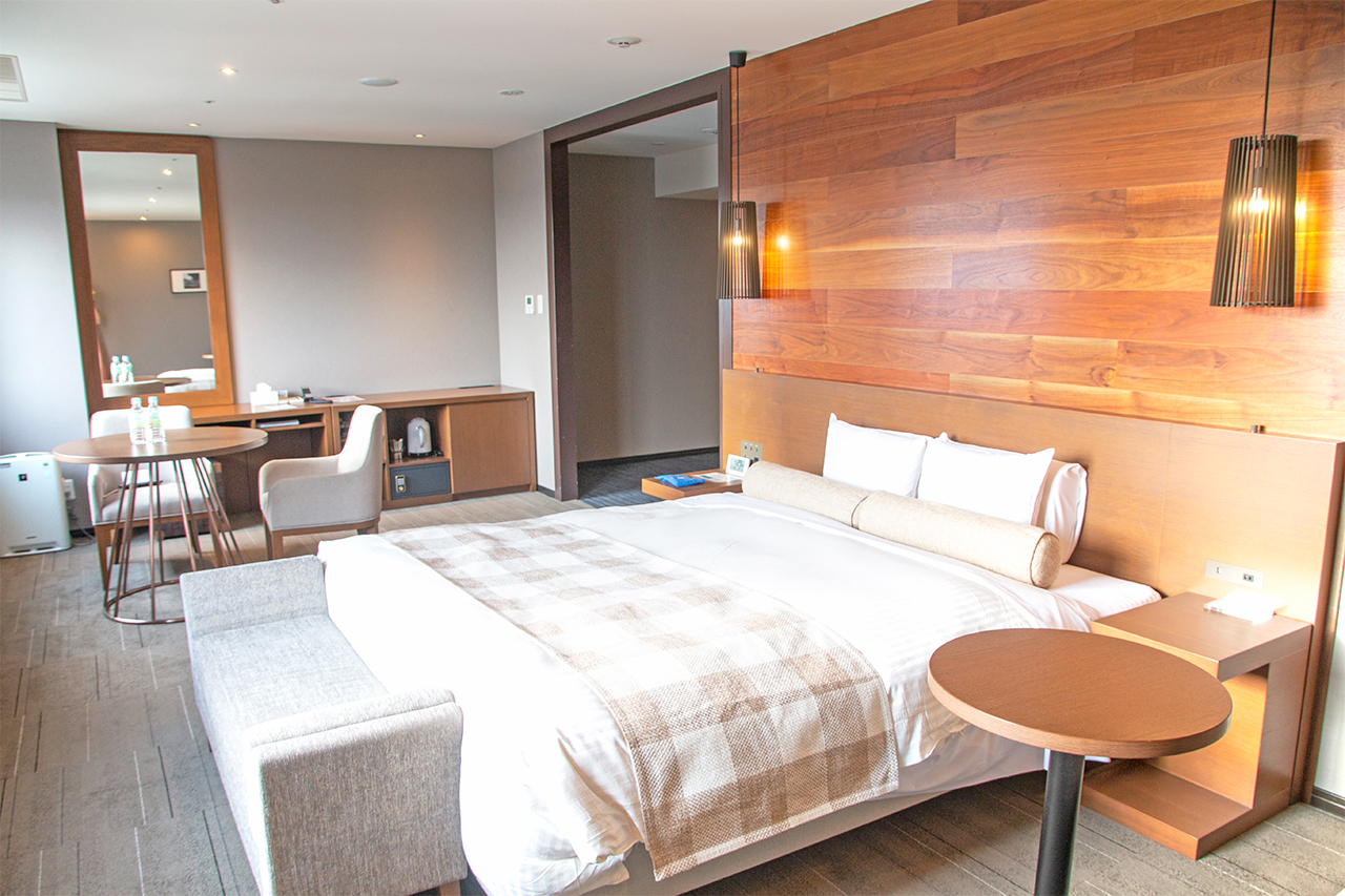 石垣島の街並みを一望。最上階・12階の客室