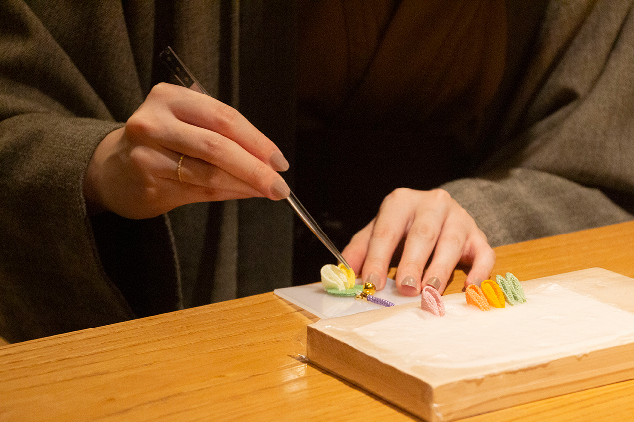 指先に集中。お稽古「つまみ細工」と「折形体験」