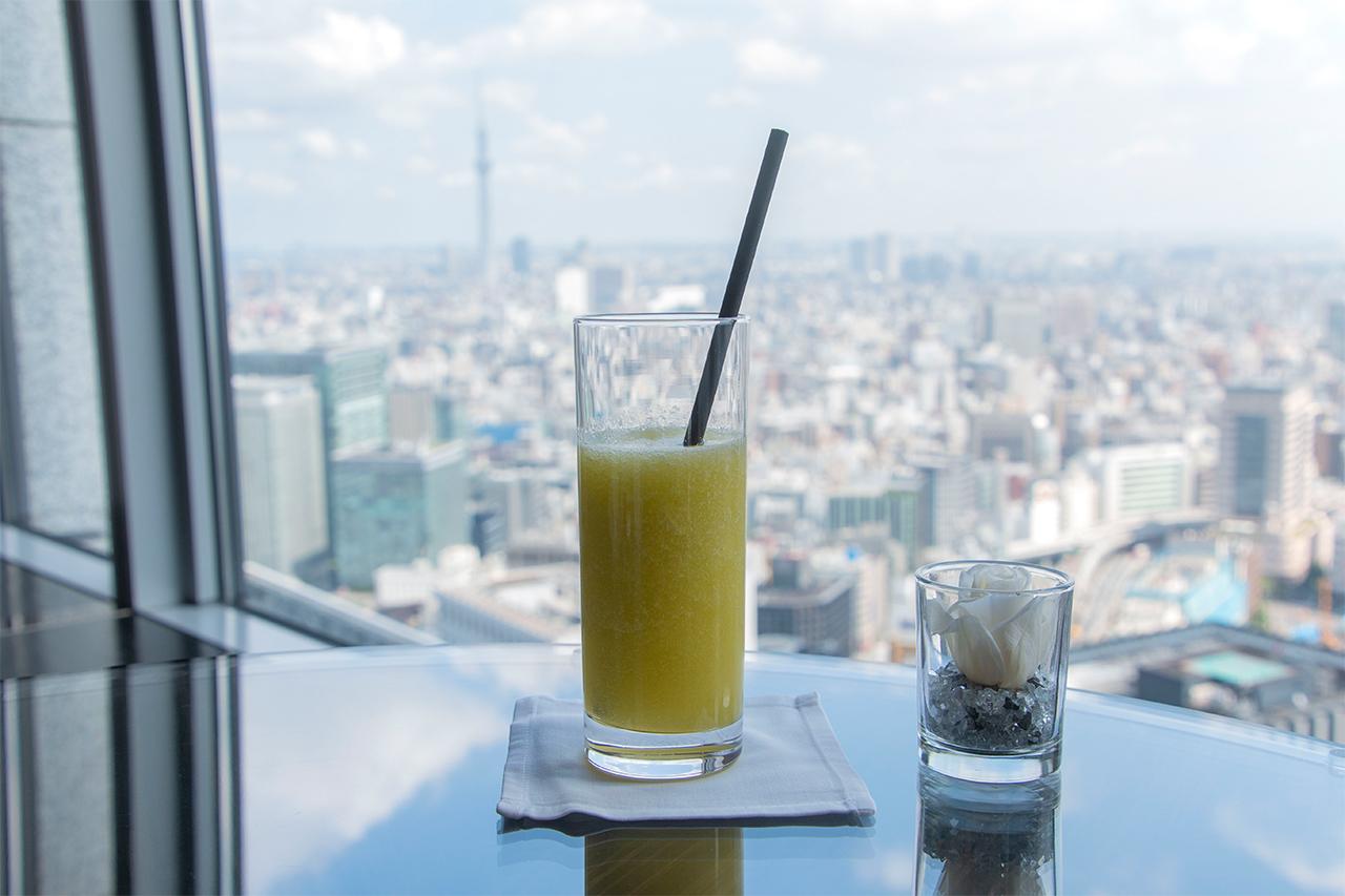 東京スカイツリーが見える「クラブラウンジ」でティータイム