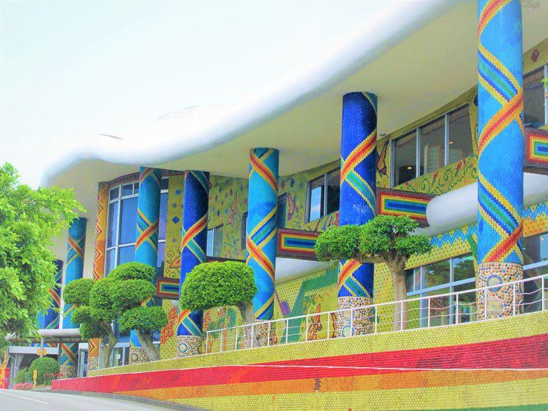 まるでガラスの宮殿!色彩に魅せられる、糸満「琉球ガラス村」
