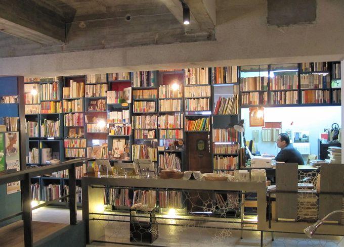 あれ?いい匂い!扉を開けた先につづく本の回廊とご当地カフェ