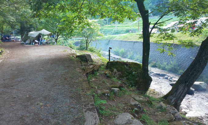子供も大人も川遊びを満喫できる渓流沿いのキャンプ場