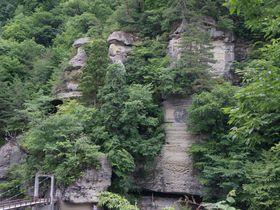 スリル満点のつり橋と奇岩群!国指定天然記念物の『塔のへつり』